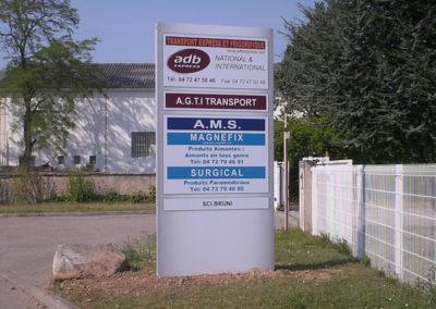 Totems -  Publicité Décor - Pose d'enseignes, signalétique, totems, adhésifs sur véhicules