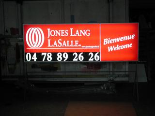 Caissons lumineux - Publicité Décor - Pose d'enseignes, signalétique, totems, adhésifs sur véhicules