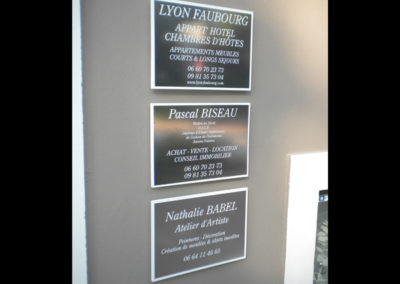 Plaques de porte - Publicité Décor - Pose d'enseignes, signalétique, totems, adhésifs sur véhicules